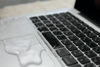 ノートパソコンが水やコーヒーなどの飲み物で水濡れした時の対処法
